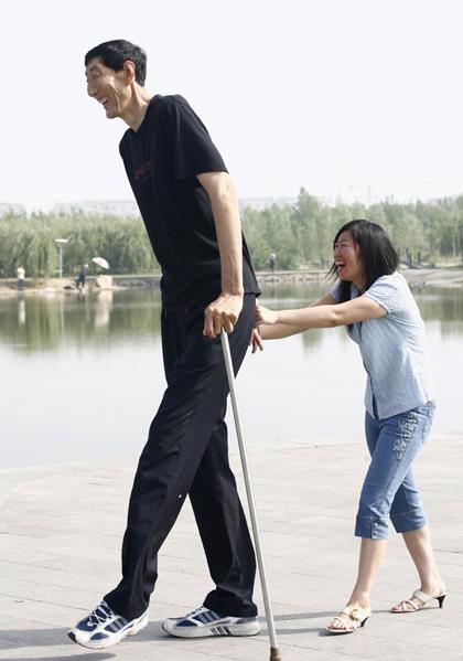 http://www.indiastudychannel.com/pictures/gallery/sam007__worlds-tallest-man.jpg